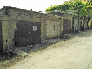 Se vinde urgent garaj + beci ! posibil schimb pe auto sau odaie in camin telecentru.