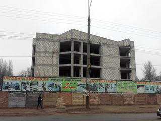 Коммерческий центр (недостроенный) с широким фасадом.