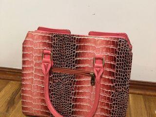 Сумка лаковая  под крокодила черно- розового цвета !