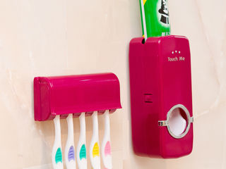 Util, practic, organizat, dozator Touch Me pentru pasta de dinti cu suport pentru periute!