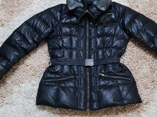 Черная и белая куртки-пуховик.