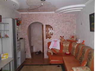 Se  vinde  camera  cu  euro  reparatie  are  toate  comoditatile .