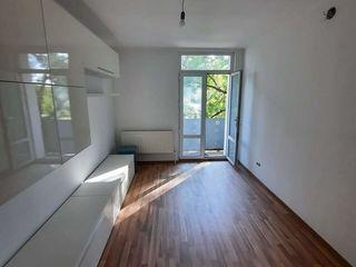 Centru, apartament cu 2 odăi, etajul trei, euroreparat şi parţial mobilat-36000 euro