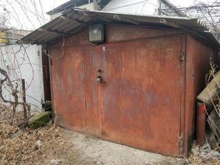 Garaj din metal cu subsol.