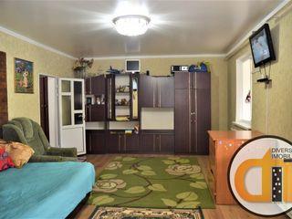 Se vinde casă, gata de trai,bine reparată,toate rețelele.Dispune de garaj și beci, zonă liniștită,