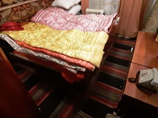 Продаются: кровати, трюмо и тумбочкиб шкаф из спальн. гарнит.; 2 дивана, и др