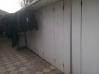 Vind urgent ghereta cu 2 vitrine in piata la Orhei in centru ghereta se vinde cu manechine pentru ha