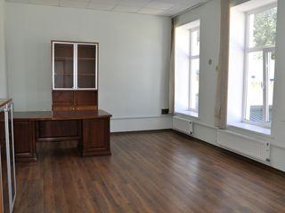 Chirie, Oficii, Centru, str. Mihai Eminescu, 120 mp, et. 2/2  Prima linie , în preț se include TVA