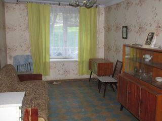Vindem apartament  cu 2  odai la  mijloc  la un pret  foarte  mic urgent pret  negociabil