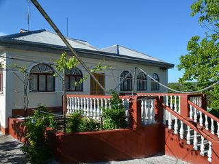 Casa cu 2 etaje ,cu suprafata generala de 233 m2,160 m2 locuibila, 8 camere, 2 blocuri sanitare .