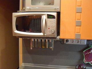 Надежный кронштейн для установка микроволновки на стену.
