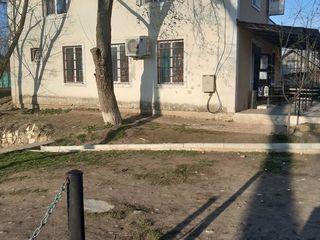 Spre Vinzare Magazin in centrul Satului Hrusova linga oprire  documentatia si pe teren este.