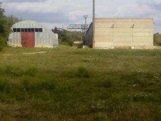 Vindem teren cu încăperi pentru construcția unui frigider sau fabrică