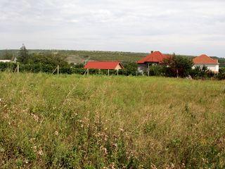 10 соток под строительство жилого дома. 12 км от Кишинёва, недоезжая Стращены.   700 - 800 м от стра