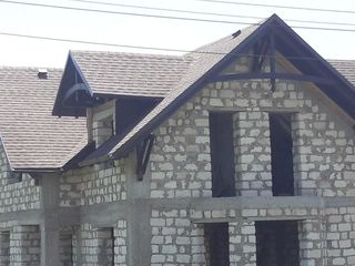 Este momentul să repari acoperișul? Șindrila bituminoasă este o variantă excelenta.