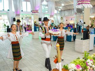Dansatori cu program popular - ansamblul Basarabenii