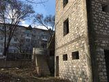 Constructie comerciala cu 3 nivele.Fiecare nivel a cite 120 m2.Se poate si sub apartamente.