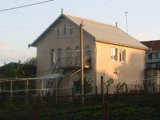 2-х этажный новый дом со всеми условиями на 8-ти сотках в центре с. Колоница . Цена: 60 000 еврo.