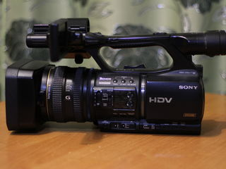 Se vinde videocamera  profesionala sony-z5(hdv)