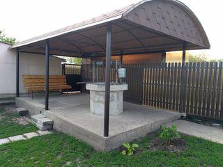 Se vinde urgent casă cu facilități în centrul satului. fântână, foișor, pivniță, vie și livadă.