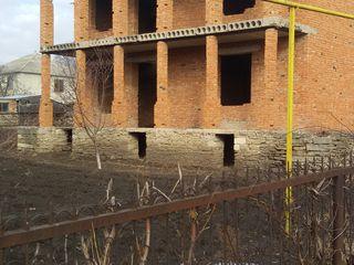 Casă cu două nivele (construcție nefinisată) în or.Soroca str. Gribovca. Urgent