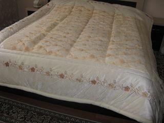 Продам красивое,тёплое покрывало - одеяло на спальной кровати.