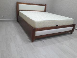 dormitor din lemn natural cu ladita de albituri