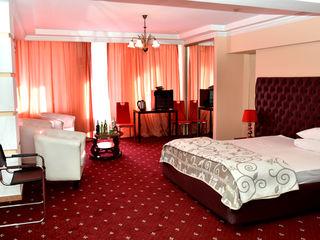 B. Camera vip in hotel de 4 stele pe ora,noapte