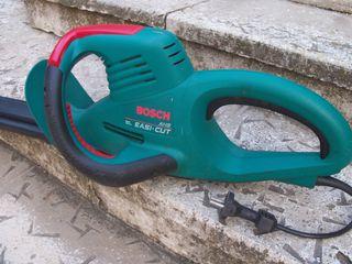 Кусторез  профессиональный  электрический  bosch, отлично работает, мощн. = 500 вт, длина ножа = 550