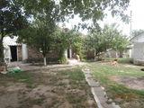 Se vinde casa de locuit linga traseul principal cu teren in perspectiva pentru afacere.