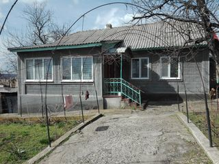 Продаётся 1-эт. дом со всеми условиями на 9-ти сотках земли в центре Яловень. Цена: 38 000 евро.