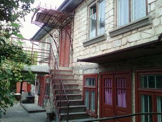 Срочно!!Продаётся 2-х этажный дом на 12 сотках в центре Яловень по ул. Бассарабия. Цена: 45000 евро.