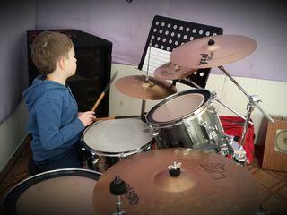 обучение игре на барабанах..