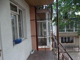 Se vinde casă cu 3 camere! Preț bun! Centrul Chișinăului! str. Vasile Alexandrii!