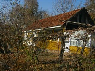 Casa in centrul satului -35km Chisinau,11 ari,5850 euro.