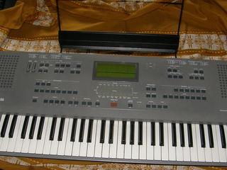 Синтезатор Korg iS 50 в хорошем состоянии
