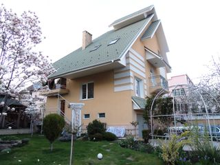 Casa in sectorul Centru, foarte spatioasa - 320 mp, cu 3 etaje, reparatie foarte calitativa