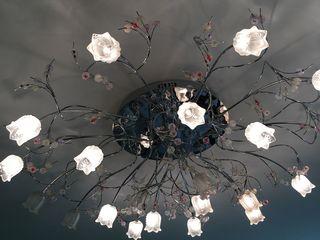 Lustră foarte frumoasă, originală, luminează bine o odaie spațiosă, 100 €.  Are comandă, cu care put