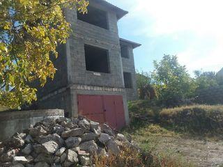 Vând casă în construcţie garaj + 2 nivele.