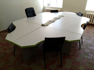 Vind o masă de birou mare si frumoasă, fotolii, scaune! Urgent!