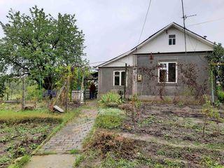 Продается дом 3 комнаты 50 кв. м. территория 15 соток. Газовое печное отопление, водопровод во дворе