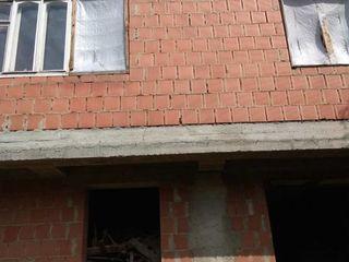 Продается большое 3-х этажное здание под жильё или коммерческое помещение, первая линия улица Киевск