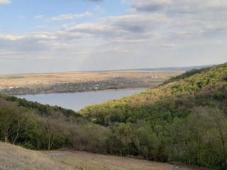Vînd 1 ha de teren, lîngă pădure şi Nistru, cu construcție capitală