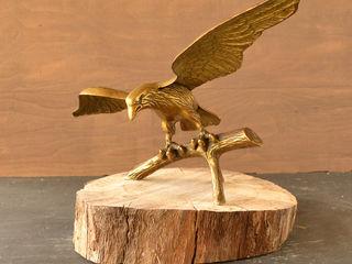 большой бронзовый орел.