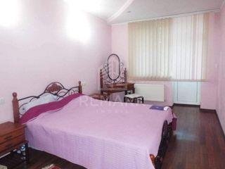 Chirie  Apartament cu 3 camere, Centru ,  str. N.Testimiteanu , 330 €
