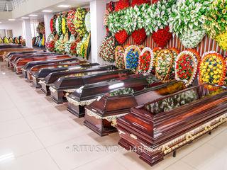 Articole funerare în asortiment: sicrie, coroane, cruci, haine şi pantofi, accesorii înmormântare