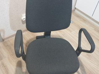 Vînd 2 scaune de birou în stare bună