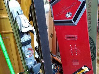 Сноуборд в комплекте, ботинки лыжные, лыжи.