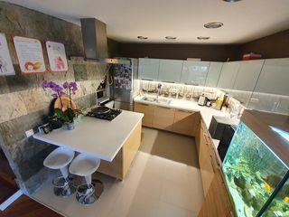Стильная кухня, стол и люстра