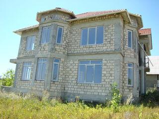 Grătiești - casă de 385 mp cu 25 ari la 92000 €!